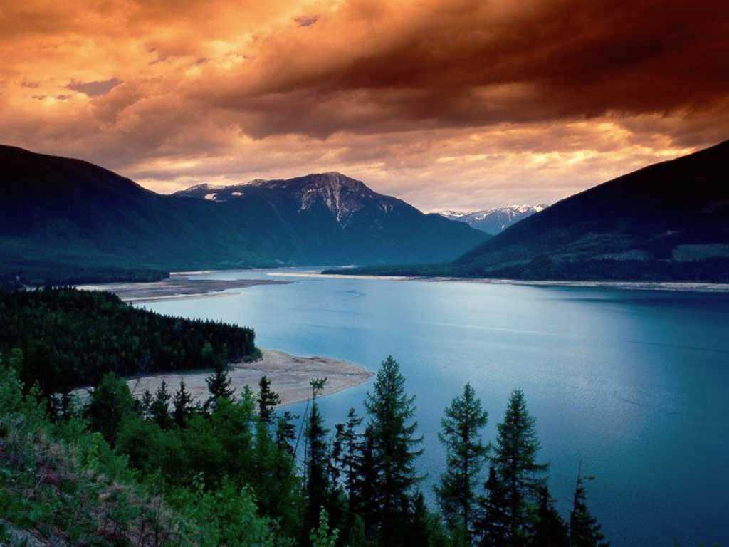 lac avec montagne et sapins
